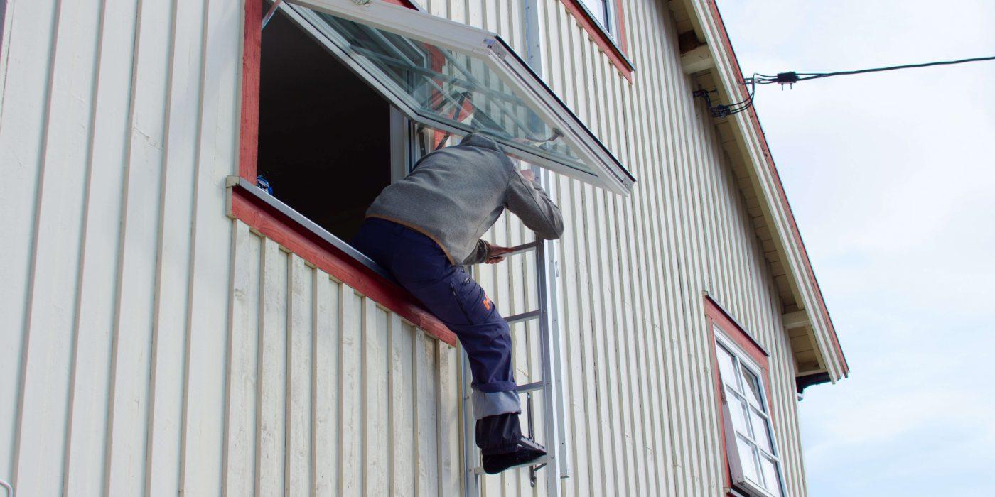 La den enkelte få øve på å felle ut stigen og klatre i den.
