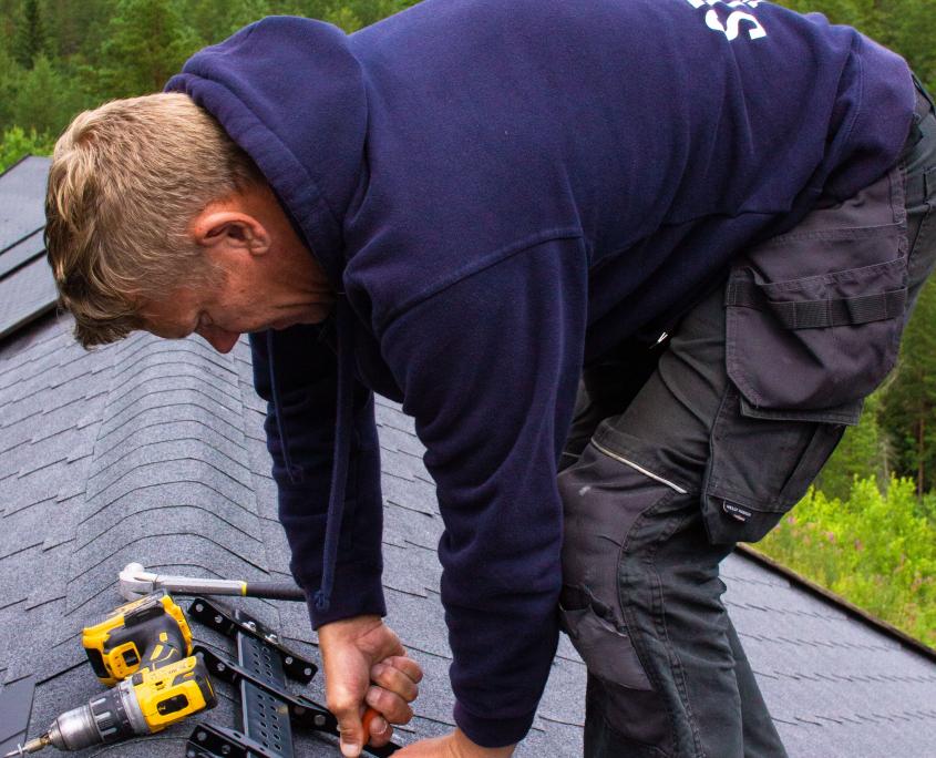 Bjørn Ove monterer takstige på papptak