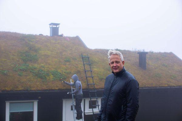 Hytteeier Tor Bjærum er strålende fornøyd med å få ordnet takstige på hytta, nå kan feieren bare komme.